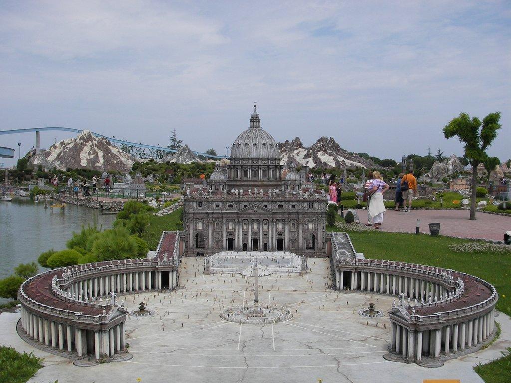 La place Saint-Pierre est l'esplanade qui est située entre les deux ...